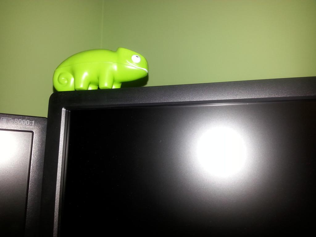 Maskotka SUSE na monitorze