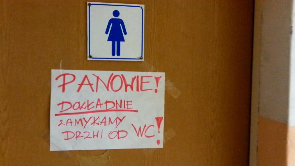 WC damski - z pisuarami w środku!